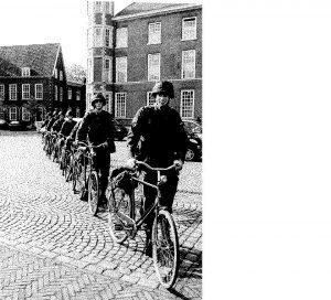 Van Brakel, voorste in de rij tijdens de officiersopleiding op de KMA