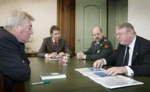 oud-minister Hillen (rechts) foto: Defensie