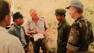 Hans Heyda (r) onderhandelt met de Rode Khmer in Cambodja
