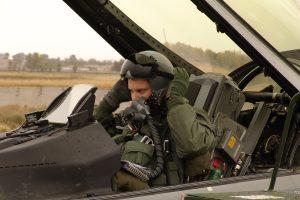 Victor van Wulfen als F16-vlieger