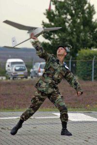 Een marinier met de Raven (foto Defensie)