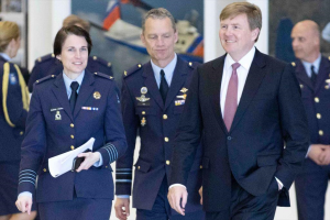 Elanor Boekholt en de Koning (foto Defensie)