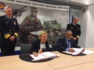 Minister Bijleveld en haar Belgische collega tekenen de intentieverklaring.
