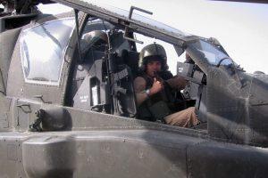 Roy de Ruiter in een Apache-gevechtshelikopter in Afghanistan.