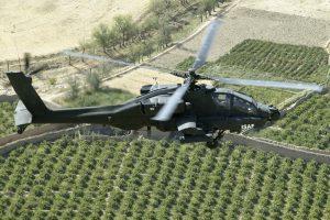 Roy de Ruiter vliegt in een Apache-gevechtshelikopter boven de Afghaanse provincie Uruzgan.
