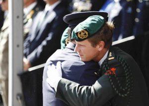Nieuwe Ridder MWO majoor Roy de Ruiter omhelst Ridder MWO luitenant-kolonel Gijs Tuinman.