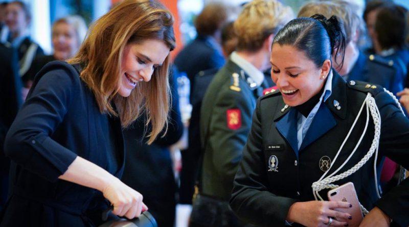 Staatssecretaris Visser met vrouwelijke luitenant (foto: Defensie.nl)