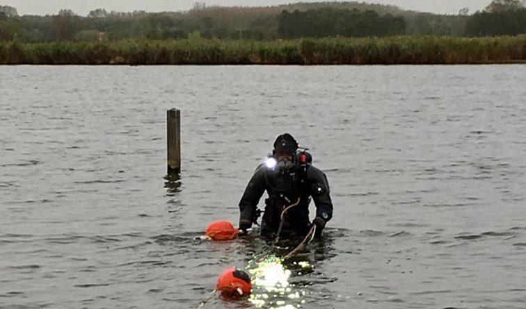Een marineduiker tijdens de zoektocht in de Krabbeplas. (Foto: Defensie.nl