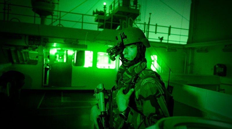 Een marinier beschermt hier in 2016 de Red Zed II tegen piraterij. Het is de 200ste inzet van een Vessel Protection Detachment. (Foto: ministerie van Defensie)