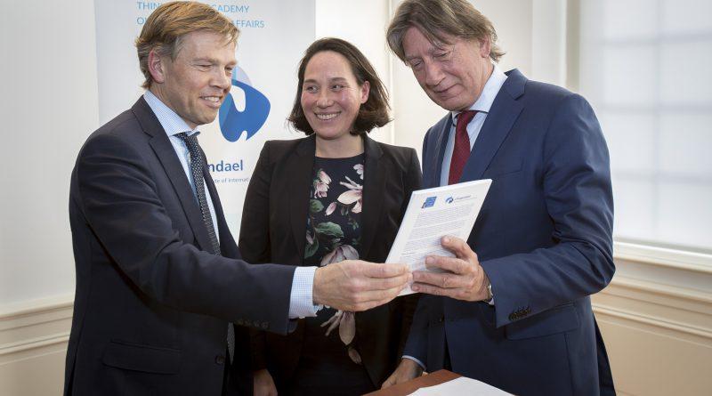 Joep Wijnands (l) neemt het rapport in ontvangst. Naast hem de directeuren Monika Sie Dhian Ho (Clingendael) en Rob de Wijk (HCSS). (foto: Defensie)